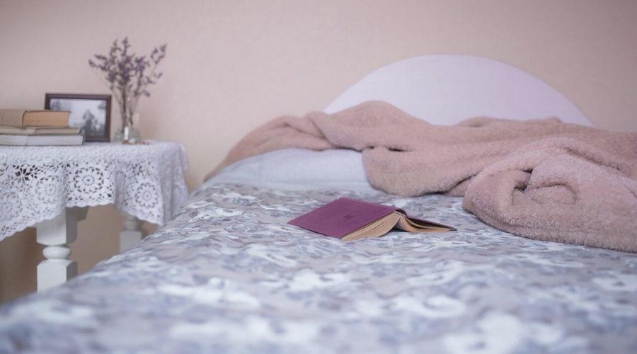 Moltonauflage auf einem Bett